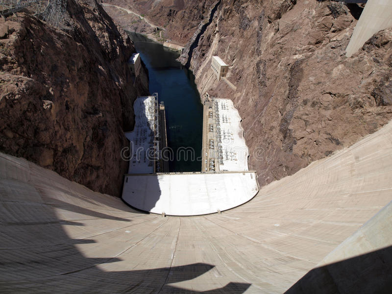 采取科罗拉多河的观点的呼吸,胡佛水坝墙壁lookin 免版税图库摄影