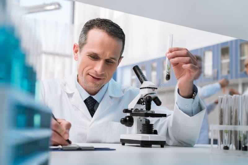 采取笔记的化验员 免版税库存图片