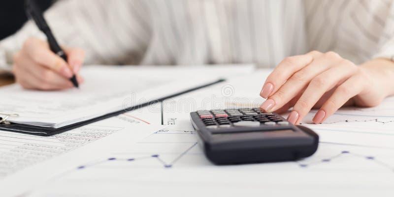 采取笔记的财政经理,当工作时 免版税库存图片