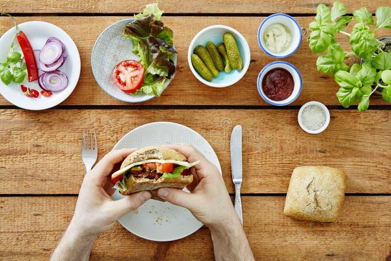 采取第一叮咬的人在foodie快餐外面 免版税库存图片