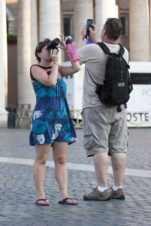 采取纪念品快照的夫妇turist 库存照片