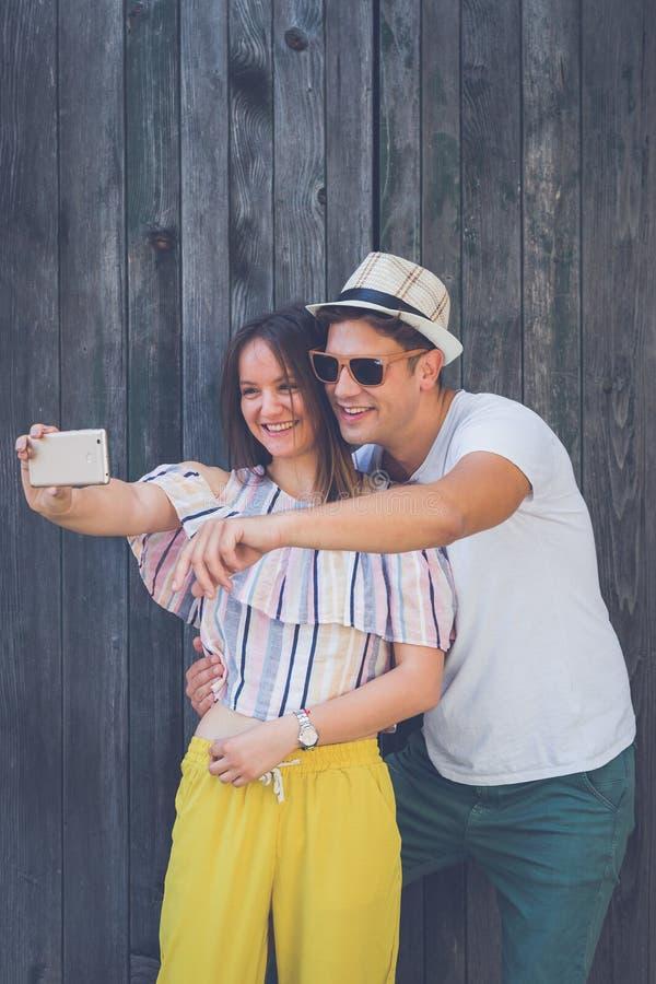 采取自画象的愉快的夫妇 免版税库存图片