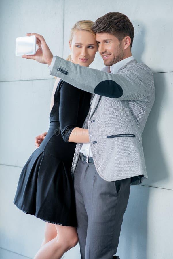 采取自画象的时髦的年轻夫妇 库存照片