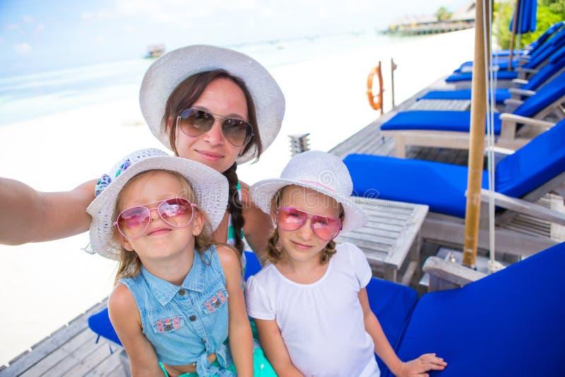 采取自画象的母亲和小女孩热带假期 免版税图库摄影