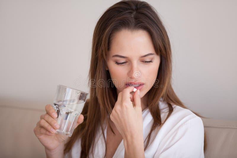 采取药片的哀伤的千福年的妇女对治疗痛苦或消沉 免版税库存图片