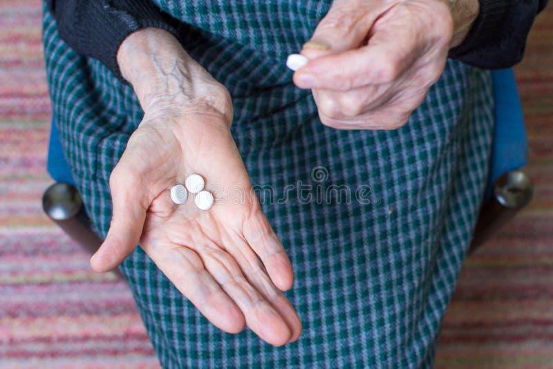 采取药片的祖母 图库摄影