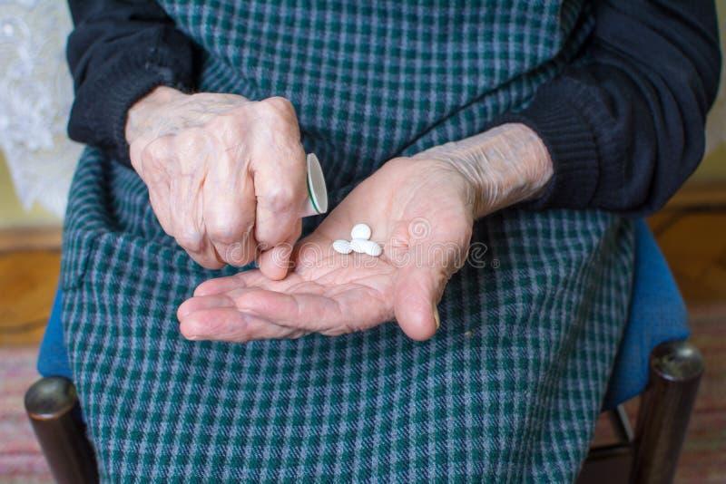 采取药片的祖母 免版税库存图片
