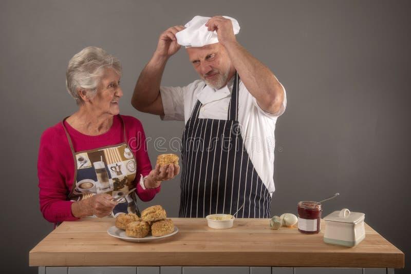 采取资深的妇女烹调与成熟厨师的教训 免版税库存图片