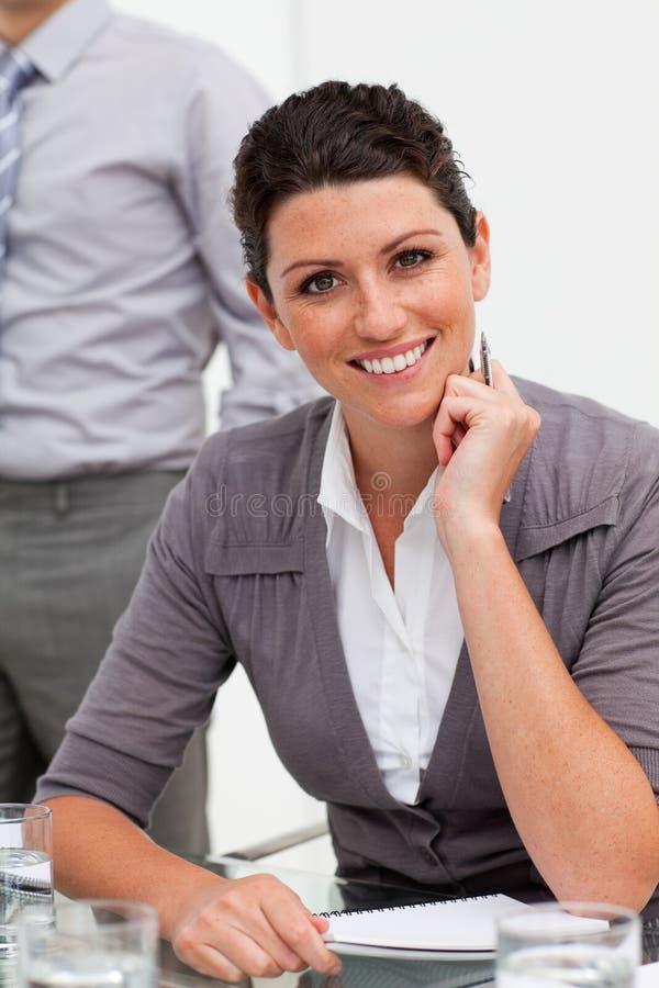 采取附注的微笑的确信的女实业家 免版税库存照片