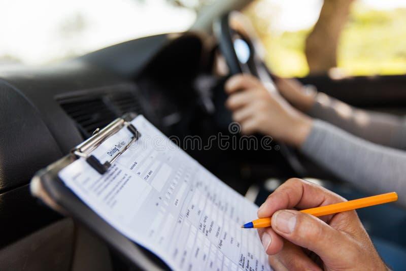 采取驾驶执照考试的学生 免版税库存图片