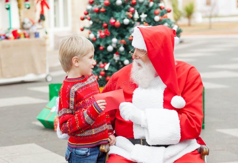采取从男孩的圣诞老人愿望 免版税库存照片