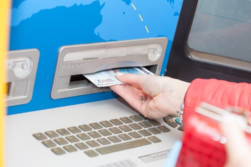 采取从银行ATM的妇女钞票 库存照片