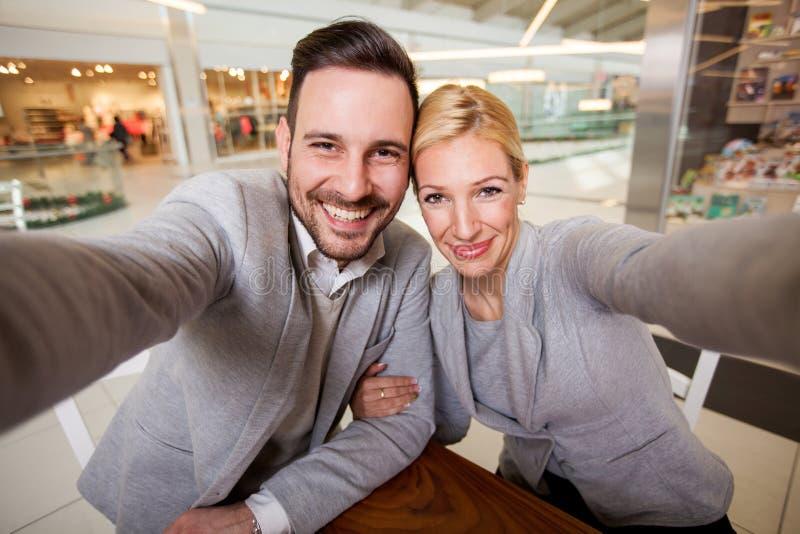 采取selfi的愉快的年轻夫妇 免版税库存图片