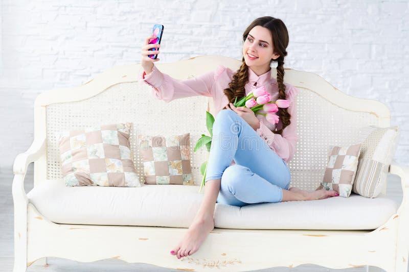 采取selfie她自己的女孩与花 免版税库存照片
