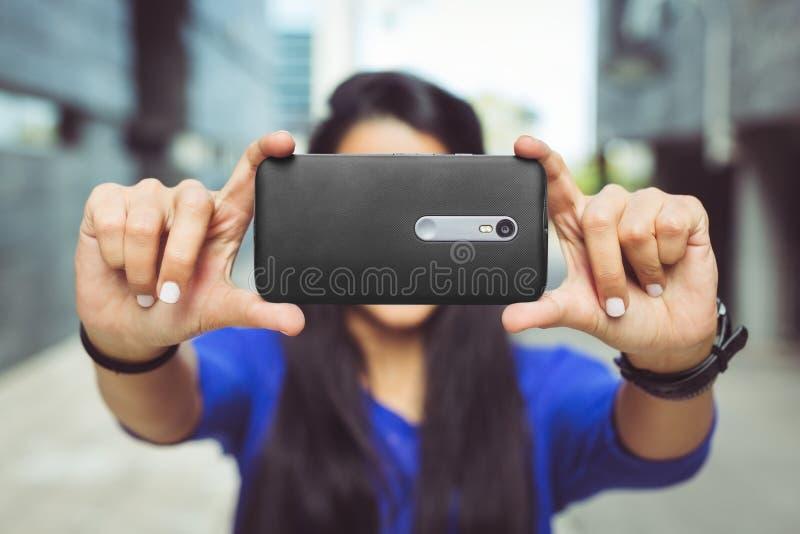 采取selfie她自己的女孩 免版税库存照片