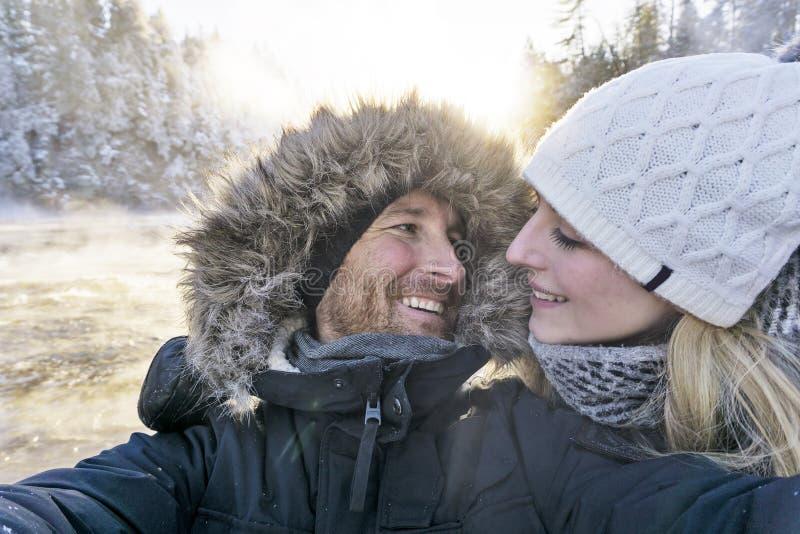 采取Selfie照片年轻浪漫夫妇森林的人室外 库存图片
