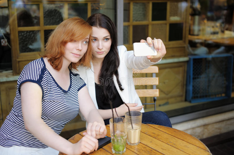 采取selfie的两个女孩 免版税库存照片