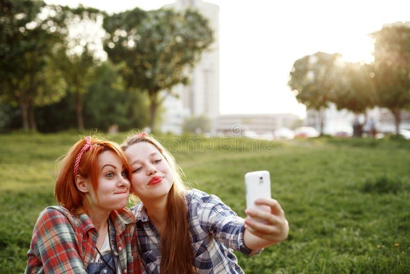 采取Selfie的两个年轻行家女孩 库存图片