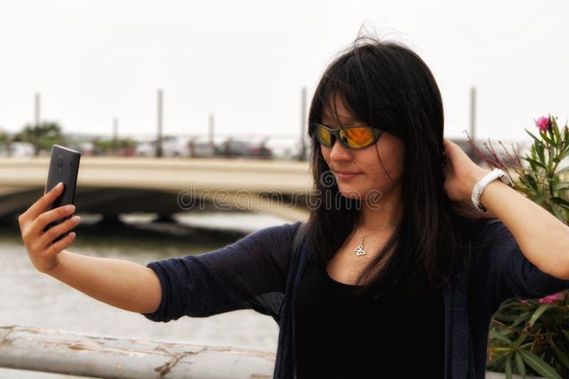 采取selfie的亚裔妇女 免版税库存图片