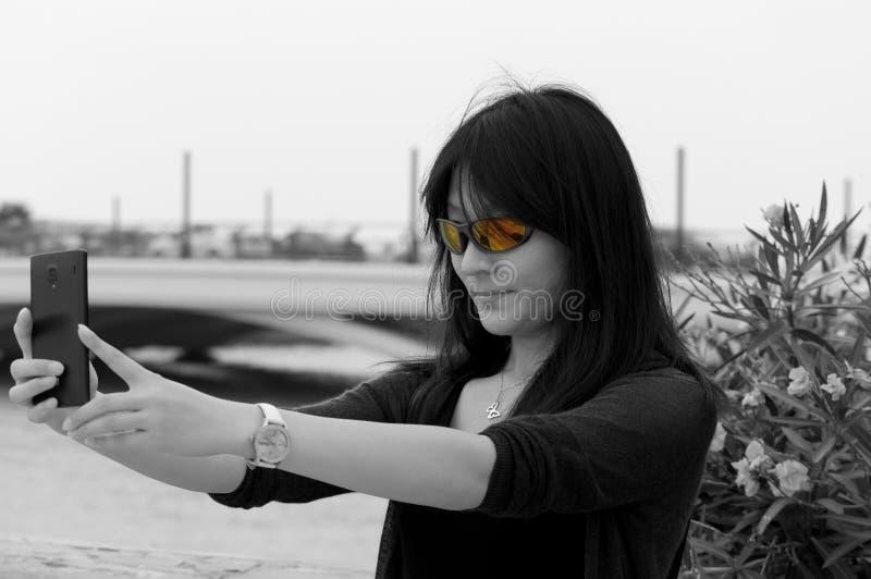 采取selfie的亚裔妇女 库存图片
