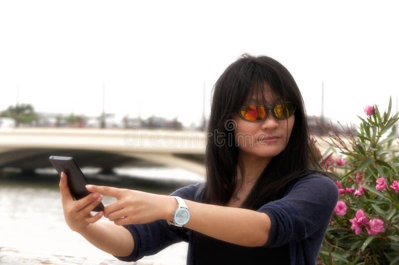 采取selfie的亚裔妇女 图库摄影