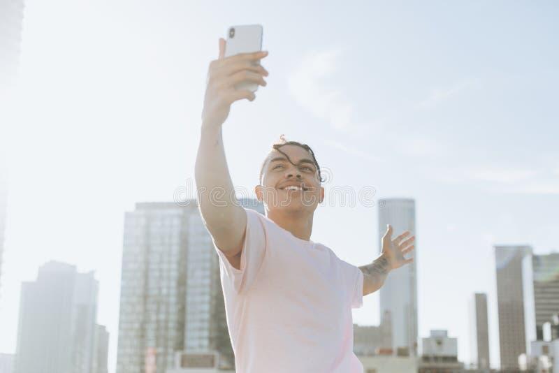 采取selfie的人街市 免版税库存图片