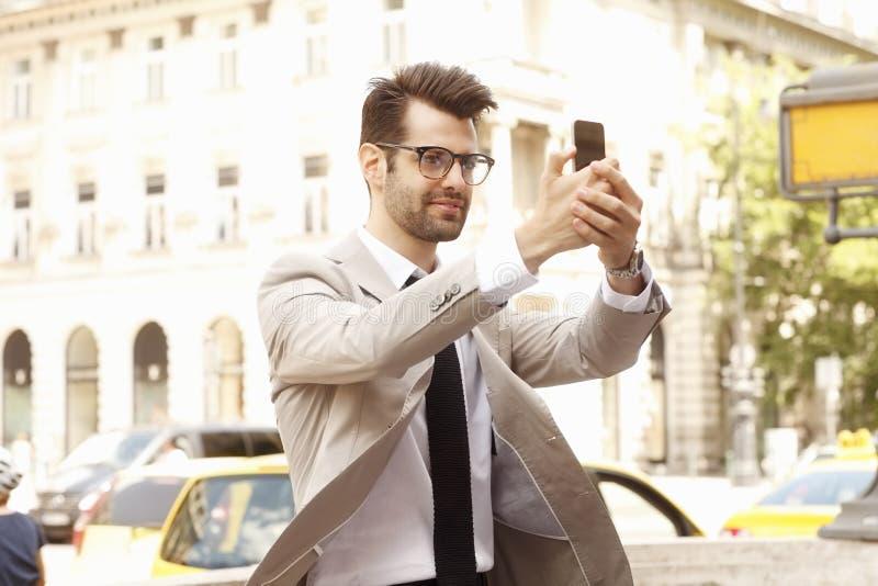 采取selfie的商人 免版税库存照片
