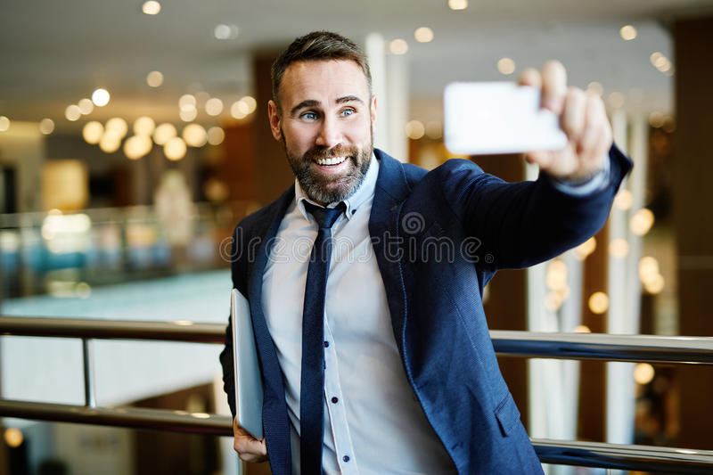 采取selfie的商人 免版税库存图片