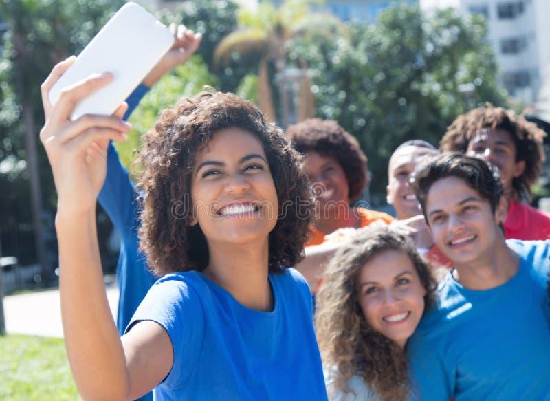 采取selfie的大小组不同种族的男人和妇女 免版税图库摄影