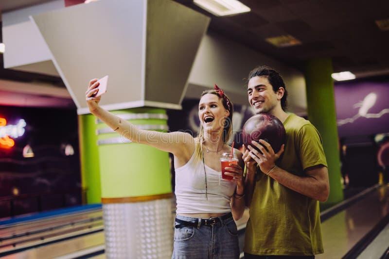 采取selfie的夫妇在保龄球场 库存图片