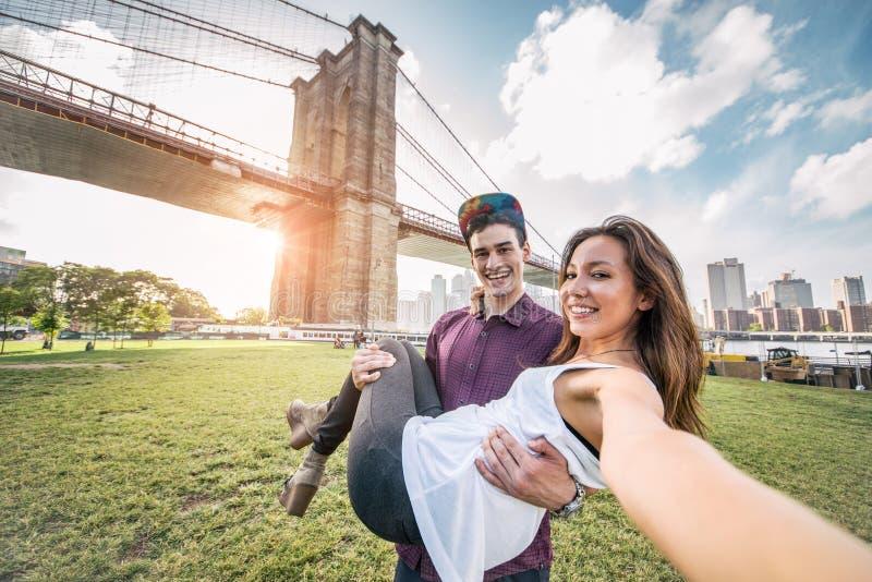 采取selfie的夫妇在纽约 免版税库存图片