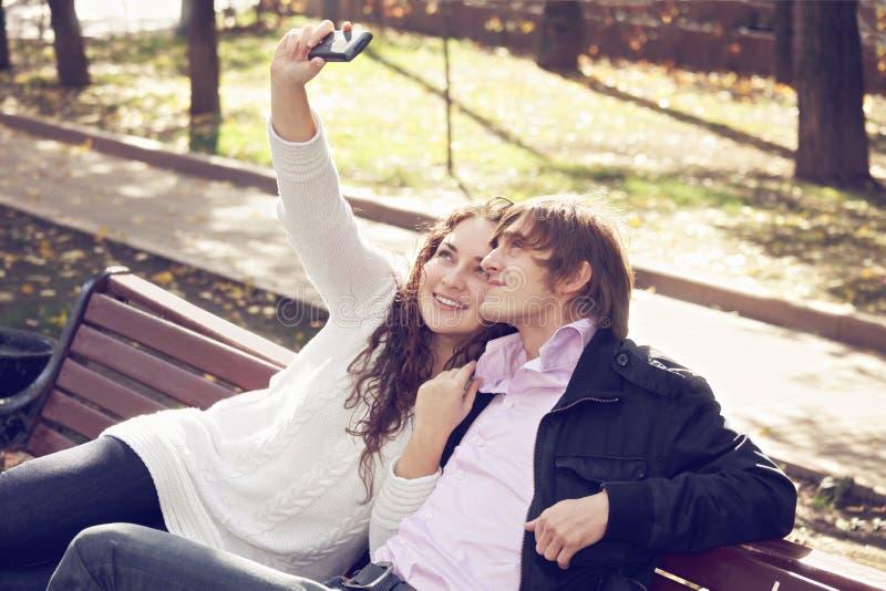 采取selfie的夫妇 免版税库存图片