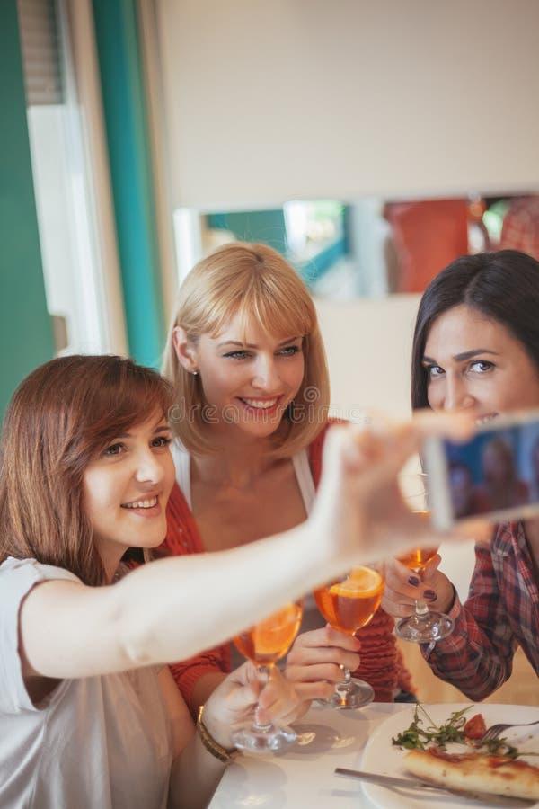 采取Selfie的女性朋友 免版税库存图片