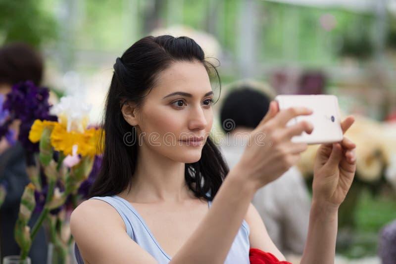 采取selfie的妇女 免版税图库摄影