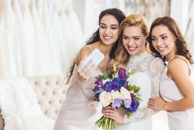采取selfie的婚礼礼服的愉快的妇女 免版税库存照片