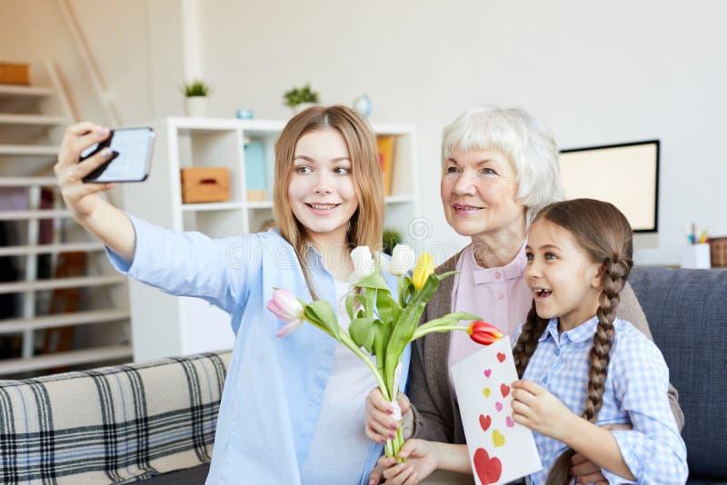 采取Selfie的家庭的妇女 免版税库存图片