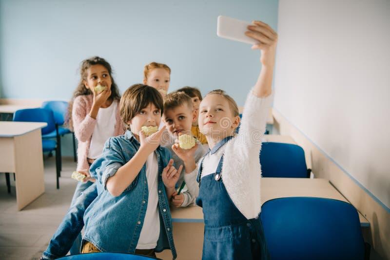 采取selfie的小组可爱的孩子 免版税库存图片