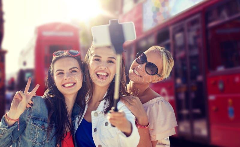 采取selfie的小组微笑的妇女在伦敦 免版税图库摄影