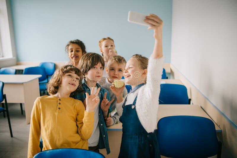 采取selfie的小组愉快的孩子 免版税库存照片