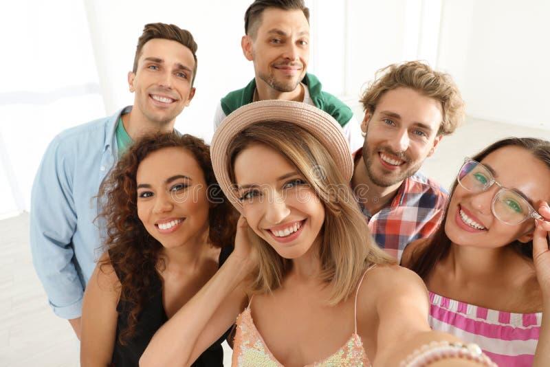 采取selfie的小组愉快的青年人 免版税库存图片