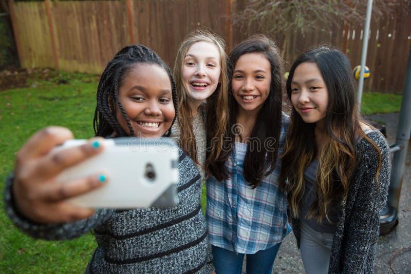 采取selfie的小组孩子 免版税库存图片