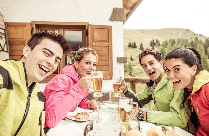 采取selfie的小组朋友在滑雪天期间 免版税库存照片