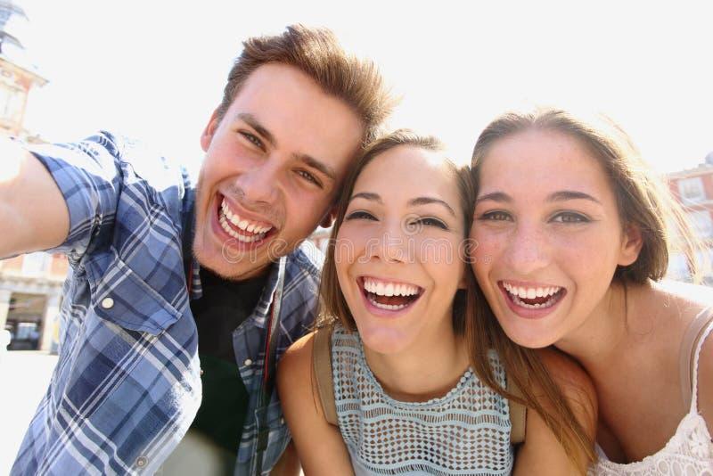采取selfie的小组青少年的朋友 免版税图库摄影