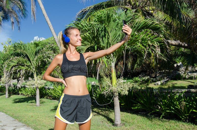 采取selfie的少妇赛跑者 免版税图库摄影