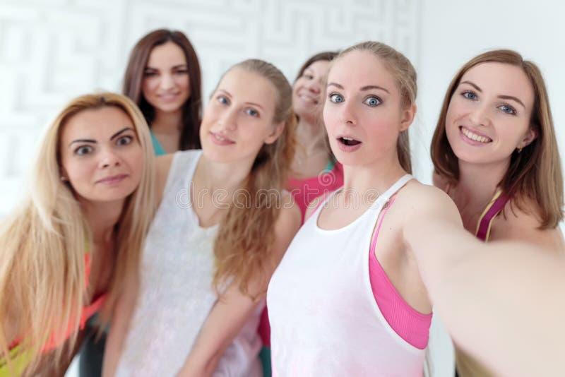 采取selfie的年轻女人在健身演播室 免版税库存照片