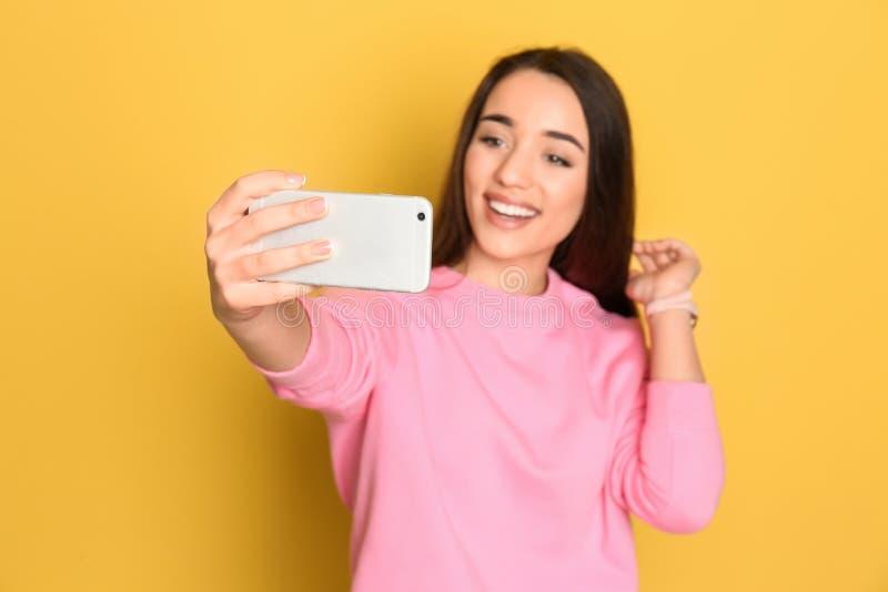 采取selfie的年轻美丽的妇女 免版税图库摄影