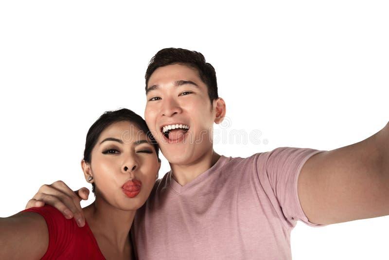 采取selfie的微笑的亚洲夫妇 库存图片