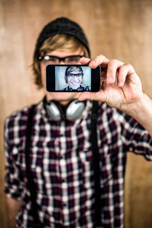 采取selfie的微笑的白肤金发的行家 免版税库存图片