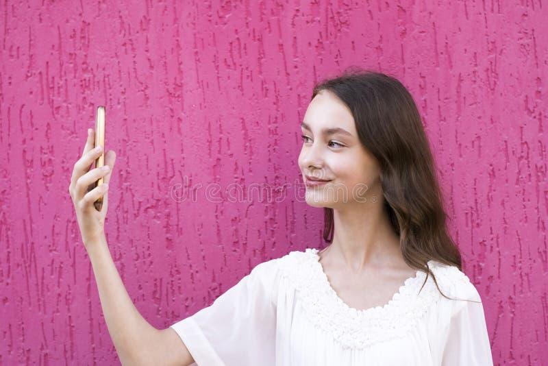 采取selfie的快乐的微笑的模型 免版税库存图片