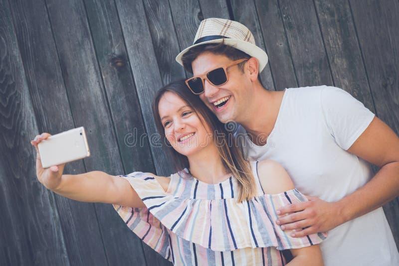 采取selfie的愉快的夫妇 免版税库存图片